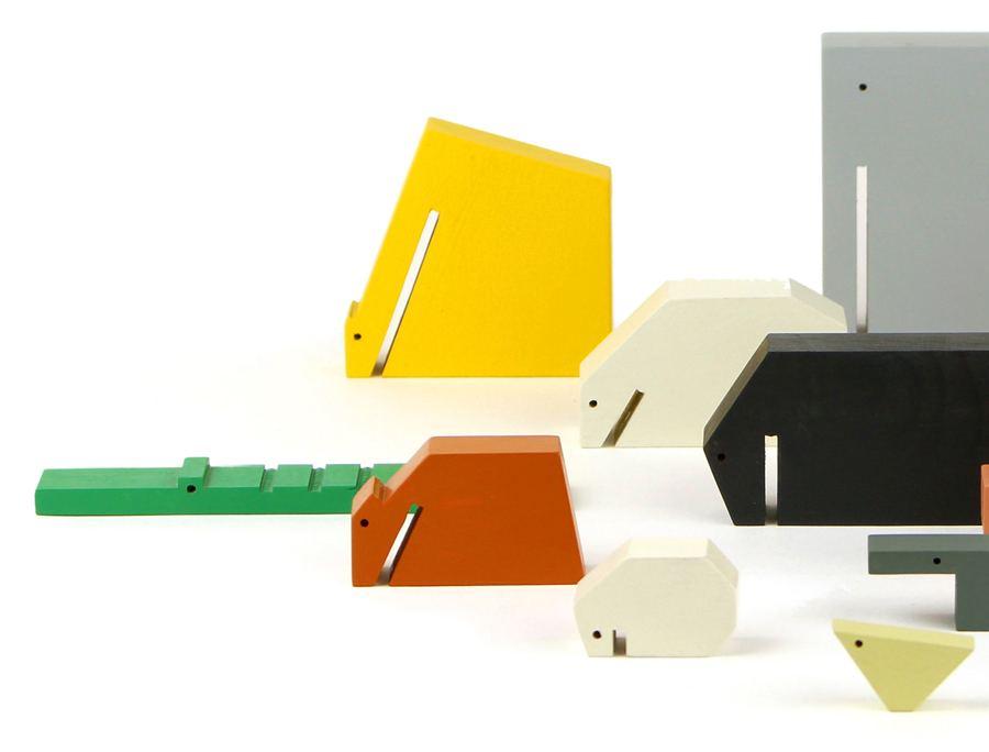 Wooden Animals Set mit 13 farbigen Holztieren