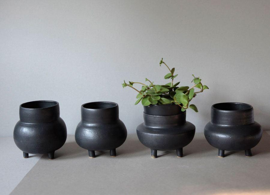 Pot on 3 Legs Black Artuditu
